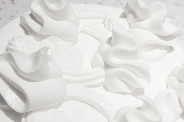 通常ならば分離してしまうほどの北海道純生クリームをきめ細かく泡立て、形を保つのがギリギリの柔らかさで仕上げることにより、濃厚でありながら軽いなめらかな口当たりを実現させています。